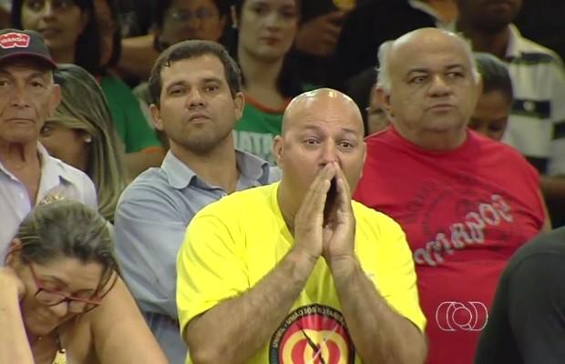 Servidores que acompanhavam sessão vaiaram deputados no plenário (Foto: Reprodução/TV Anhanguera)