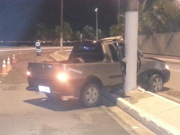 Carro ficou com a lateral destruída após colisão (Foto: Warner Filho/ TV Gazeta)