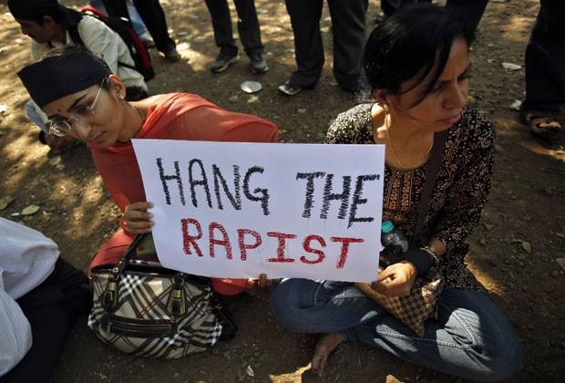 Mulheres seguram cartaz pedindo punição aos estupradores em protesto na Índia (Foto: AFP)
