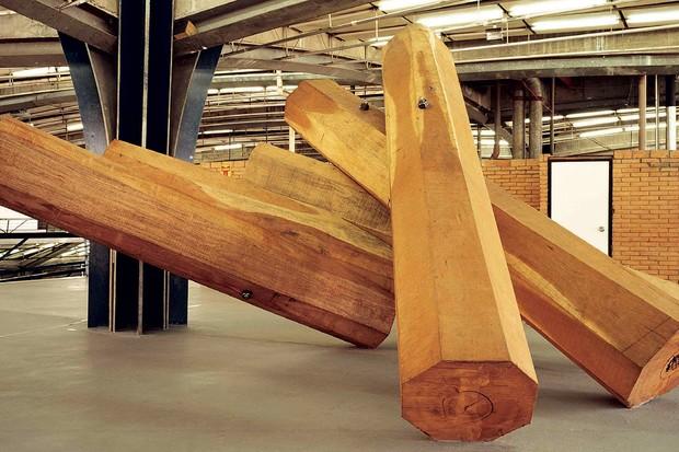 Uma das megainstalações em madeira criada por Elisa em 2002 (Foto: Mariana Maltoni)
