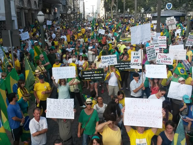Em Caxias do Sul, na Serra do RS, manifestantes fizeram cartazes contra o governo (Foto: Guilherme Fadanelli/RBS TV)