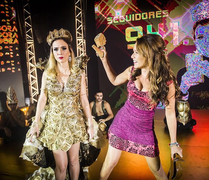 Tatá Werneck e Mariana Ximenes brincam nos bastidores de gravação da festa da Fedora. Será que vai ter confusão? (Foto: João Miguel Jr/Globo)