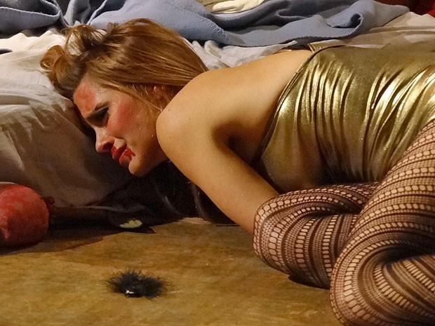 Jéssica sofre após apanhar de Russo (Foto: Salve Jorge/TV Globo)