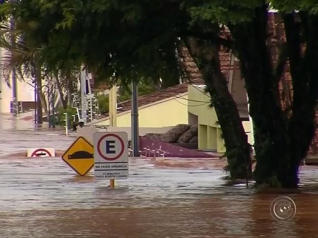 Água ficou no telhado de casas (Foto: Reprodução / TV TEM)