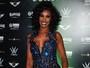 Corona faz show em São Paulo e usa vestido decotado e cheio de brilho