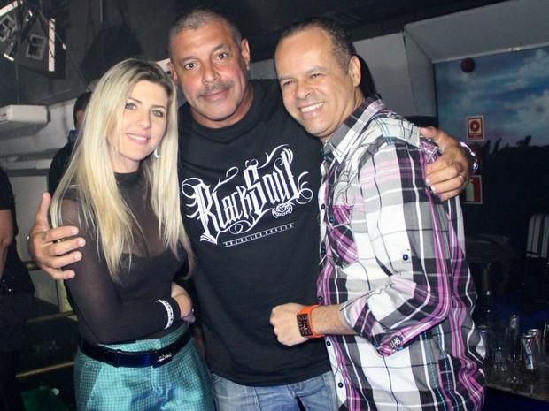 Alexandre Frota com Iris Stefanelli e um amigo em festa (Foto: Rodrigo dos Anjos/ Ag. News)