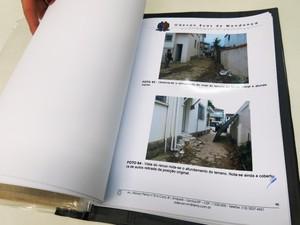 Laudo apresenta fotos dos danos materiais sofridos e reportagens de jornal (Foto: Orion Pires / G1)