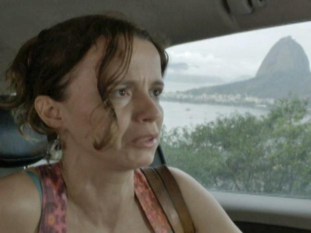 Lorraine dá mole e quase perde o dinheiro para o taxista (Foto: TV Globo)