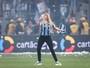 Carol Portaluppi volta a invadir campo para comemorar vitória do Grêmio