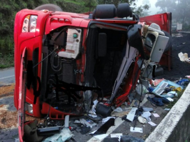 Caminhão, tombamento, BR-381, Cambuí (Foto: Polícia Rodoviária Federal)