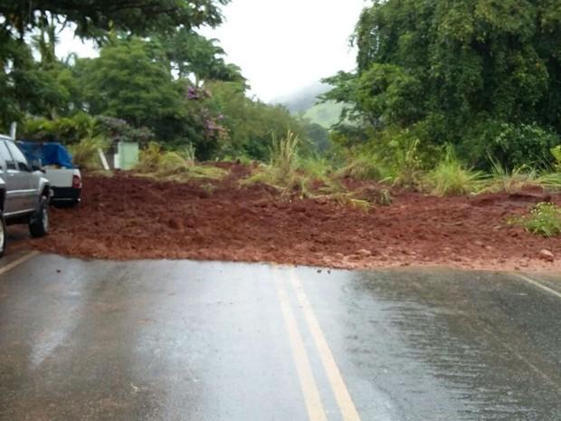 Queda de barreira interditou MGC-120 entre Dona Euzébia e Cataguases (Foto: Polícia Militar Rodoviária/Divulgação)