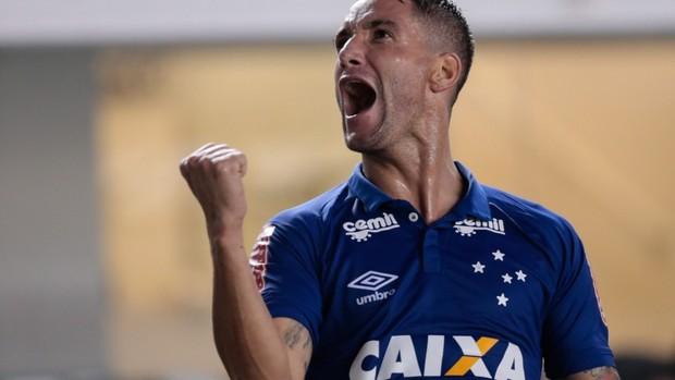 Thiago Neves, do Cruzeiro, contra o Santos