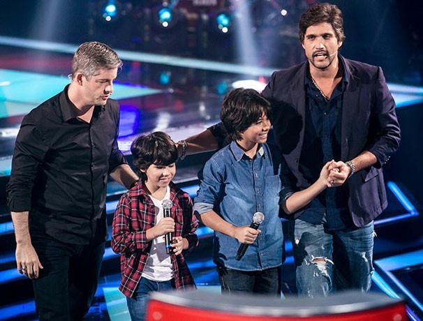 Enzo e Eder com os técnicos Victor & Leo no palco do The Voice Kids (Foto: Isabella/Reprodução Gshow)