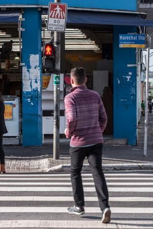 Pedestre atravessa com o sinal fechado na avenida Marechal Tito, na zona leste de São Paulo (Foto: Marcelo Brandt/G1)
