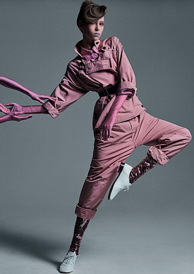 Blusa, R$ 3.450, e calça, R$ 5.110, ambas Bottega Veneta; camisa, R$ 5.460, e legging de paetês, R$ 12.140, ambas Gucci.  (Foto: Gil Inoue)