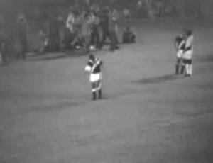 """Fidélis tentou """"sabotar"""" gol 1.000 do Pelé antes da cobrança de pênalti do Rei (Foto: Reprodução)"""