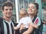 Sophie Charlotte e Daniel de Oliveira levam o filho a  jogo de futebol