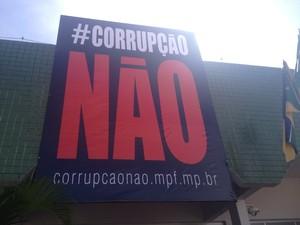 Prédio do MPF recebeu banner de 4 metros para campanha contra corrupção (Foto: Cassio Albuquerque/G1)