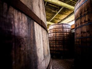 Barris onde s é armazenada a cachaça são responsáveis pela tonalidade e sabor da bebida  (Foto: Jonathan Lins/G1)