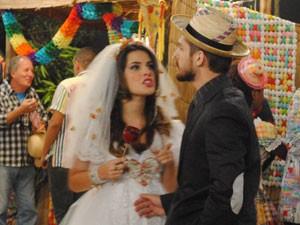 Cristal pede para Tomás fingir que estão juntos (Foto: Malhação / Tv Globo)