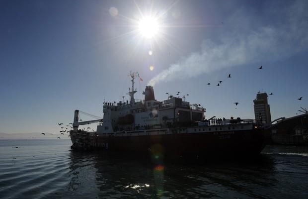 Embarcação segue para continente gelado, onde cinco exploradores pretendem passar os próximos seis meses (Foto: Alexander Joe/AFP)
