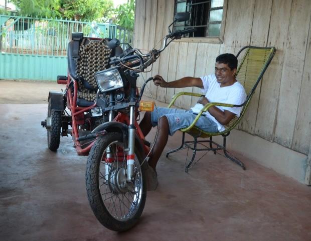Agnaldo adaptou uma moto com ajuda de amigos (Foto: Magda Oliveira/G1)