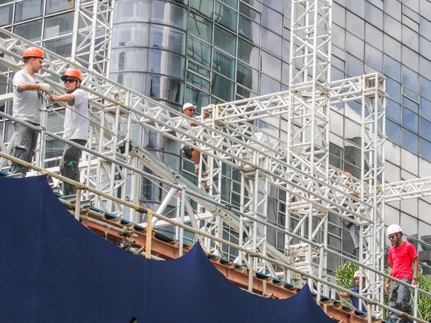 Palco dos shows da virada na Paulista começa a ser montado  (Foto: MARCELO D. SANTS/FRAME/ESTADÃO CONTEÚDO)