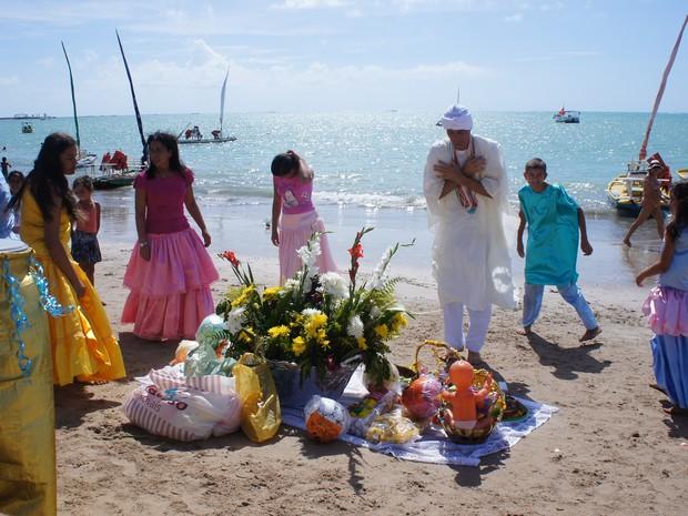 Caravana do Centro Espírita Ilê Axé de Iemanjá realiza ritual e entrega oferendas aos orixás, como Iemanjá, Ogum e Xangô.  (Foto: Naftali de Oliveira/G1)