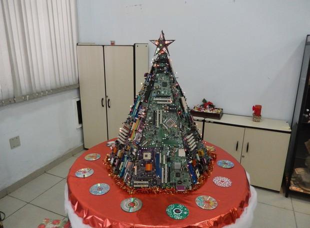 Árvore de Natal feita com peças de computador (Foto: Emanoel Julio )