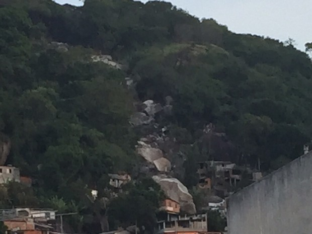 Pedra atiniu casas no Morro da Bela Vista (Foto: Roberto Carlos/ VC no ESTV)