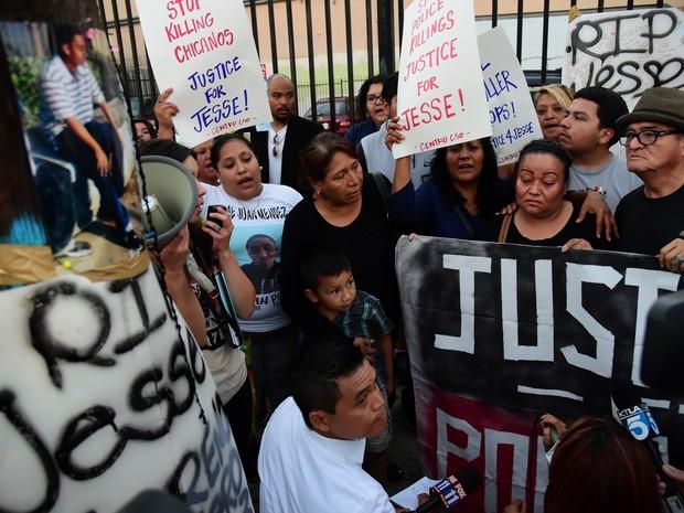 Mãe e amigos protestam pela morte do adolescente (Foto: Robyn Beck/AFP)