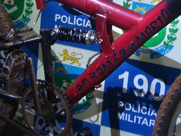 Bicicleta foi apreendida com adesivo 'PM bom é PM morto'. (Foto: Divulgação/PM)