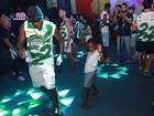 Lázaro Ramos dança com os filhos em camarote de Gil no carnaval da BA
