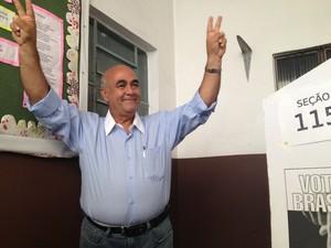O candidato do PMDB à prefeitura de Nova Iguaçu, Nelson Bornier, votou por volta das 10h10 (Foto: Renata Soares/G1)