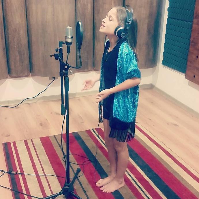 Rafa Gomes está gravando uma série de músicas para divulgar em um canal da Internet (Foto: Arquivo pessoal)