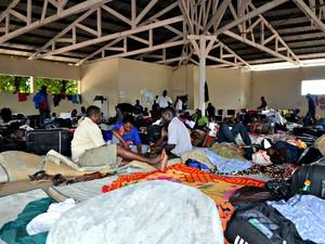 Com capacidade para 300 pessoas, abrigo aloja cerca de 1200 imigrantes (Foto: Veriana Ribeiro/G1)