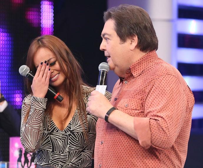Nakamura não segura a emoção e chora no palco do Domingão (Foto: Isabella Pinheiro/Gshow)
