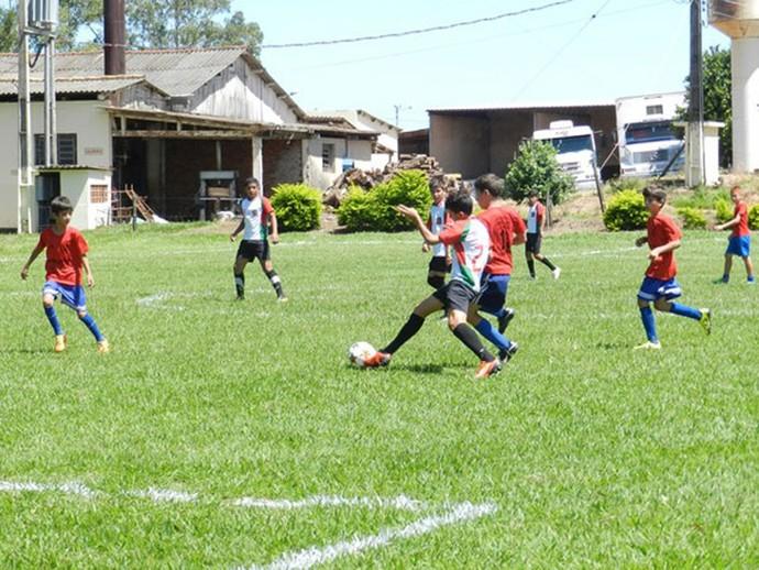 Garotos durante disputa do torneio realizado, em Santo Anastácio, em homenagem ao goleiro atleticano (Foto: Murilo Rincon / iFronteira / Cedida)