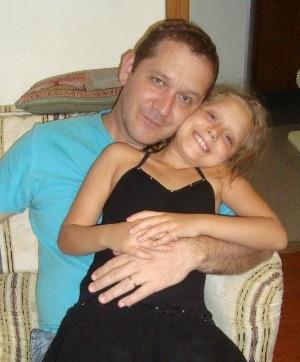 Larissa e o pai, Paulo Lima, quem a invcentivou a pensar em uma ideia para começara a ganhar o próprio dinheiro (Foto: Paulo Lima/Arquivo pessoal)