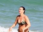 Maria Paula vai à praia de biquíni fio-dental no Rio de Janeiro