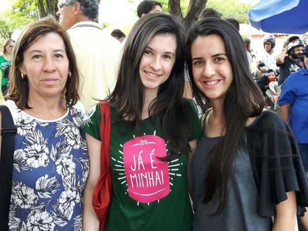 Julia Cardoso, de 18 anos (ao centro), contou com apoio da mãe Maria Elisa Lascala Cardoso (à esquerda) e da irmã Laura Lascala Cardoso (à direita) para o Enem em Ribeirão Preto (Foto: Gustavo Tonetto/G1)