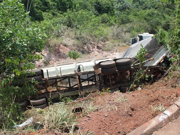 Carreta caiu em ribanceira de aproximadamente quatro metros (Foto: Evisson Borges/Arquivo pessoal)