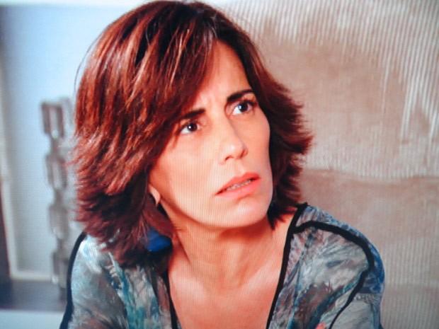 Roberta fica em choque ao ouvir (Foto: Guerra dos Sexos / TV Globo)