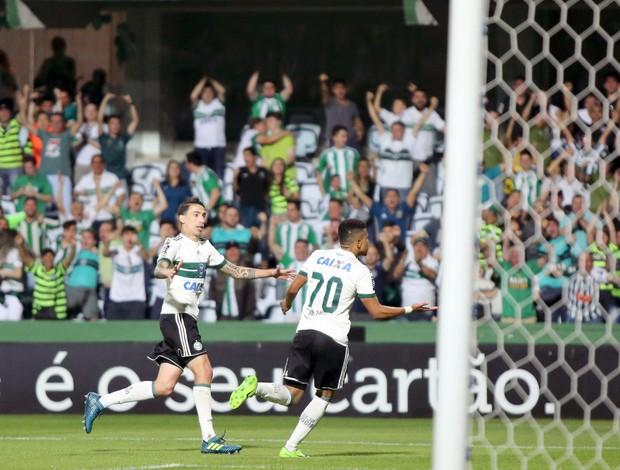 Yan Sasse comemora gol de empate, Coritiba x Ponte Preta