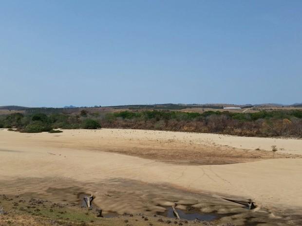 Rio Doce seca em área de estrada que liga Colatina a Linhares, no Espírito Santo (Foto: Luciane Ventura/ A Gazeta)