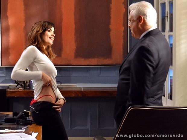 Aline mostra a calcinha para César (Foto: Amor à Vida / TV Globo)
