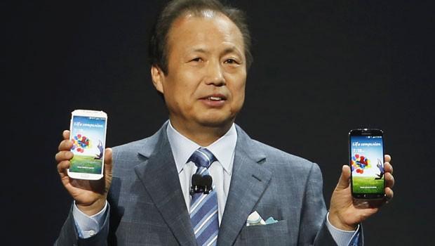 O presidente da divisão móvel da Samsung, JK Shin, apresenta o novo smartphone Galaxy S4 (Foto: Adrees Latif/Reuters)