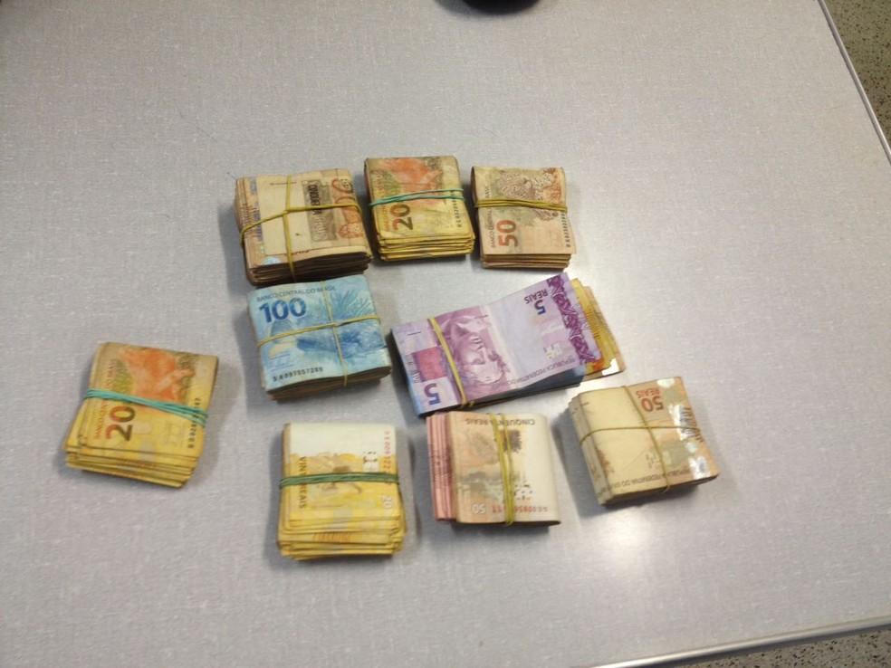 Dinheiro apreendido com grupo investigado (Foto: Bianca Marinho/G1)