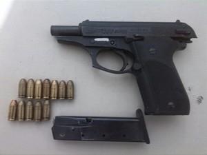Arma apreendida com suspeito de ser falso advogado (Foto: Polícia Militar/Divulgação)