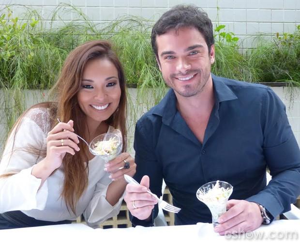 Carol Nakamura e Sidney Sampaio experimentam quitutes para seu casamento (Foto: Domingão do Faustão/TV Globo)